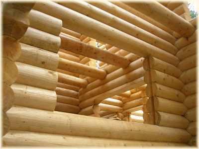 окна в бревенчатом срубе
