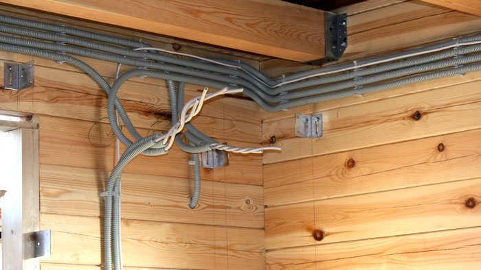 Монтаж кабеля в деревянном доме своими руками7